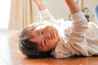 床に横たわる子供の写真・画像素材[4159269]