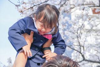桜の下で抱っこの写真・画像素材[4320197]