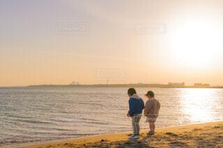 砂浜に立っている子供の写真・画像素材[4622005]