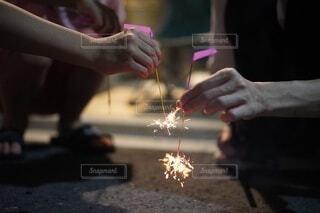 線香花火をする親子の手元の写真・画像素材[4707226]