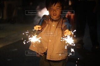 花火をする子供の写真・画像素材[4707225]