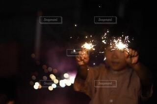 花火をする子供の写真・画像素材[4707227]