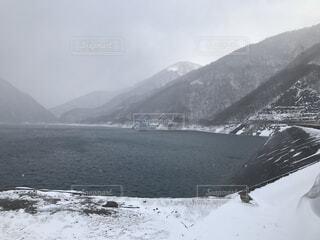 雪に覆われた冬の深山ダムの写真・画像素材[4144959]