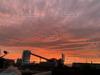 空,屋外,太陽,雲,夕暮れ,高層ビル,日の出,くもり