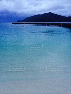 水の体の真ん中に島の写真・画像素材[1313298]