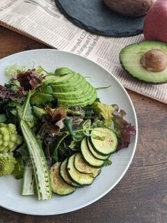緑の野菜を使ったお洒落なカフェ風ワントーンサラダの写真・画像素材[4146200]
