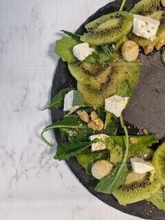 キウイフルーツとクリームチーズとナッツのサラダの写真・画像素材[4146240]