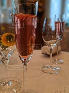 テーブルの上にピンクのシャンパンの写真・画像素材[4233019]
