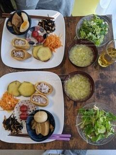 テーブルの上に料理の数々の写真・画像素材[4338523]
