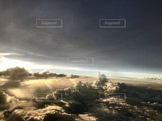 飛行機から見る雲と雲の間の写真・画像素材[4161521]