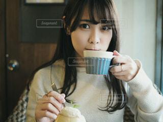 カフェでお茶をする女性の写真・画像素材[4145473]