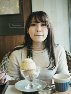 デザートを食べる女性の写真・画像素材[4145682]
