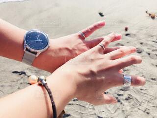 カップル,アクセサリー,屋外,手,時計,人物,人,夫婦,結婚,地面