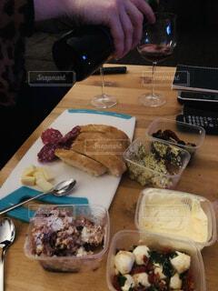 食べ物,飲み物,テーブル,サラミ,チーズ,ワイン,料理,マーケット,出前,つまみ,宅配,テイクアウト,モッツァレラ,ワイングラス,デリバリー,お持ち帰り,ディップ,映画鑑賞,おうち時間,大人時間
