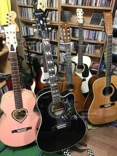 フォークギター・エレキギターの写真・画像素材[4160140]
