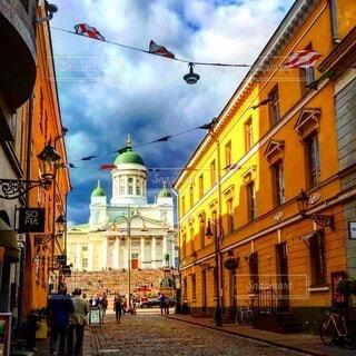 空,建物,街並み,屋外,海外,雲,黄色,都市,ヨーロッパ,街,観光,都会,道,旅行,旅,教会,北欧,明るい,町,通り,町並み,フィンランド,ヘルシンキ