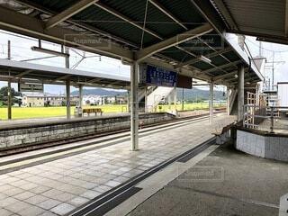 駅に引っ張り込む旅客列車の写真・画像素材[4171405]