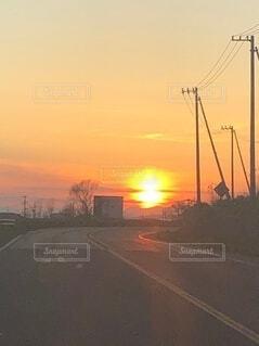 風景,空,屋外,太陽,雲,夕暮れ,道路,樹木,道,日の出,通り