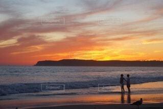 自然,風景,海,空,カップル,屋外,太陽,ビーチ,雲,砂浜,夕暮れ,水面,日の出