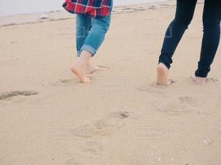女性,学生,海,ビーチ,足元,後ろ姿,砂浜,友達,ツーショット