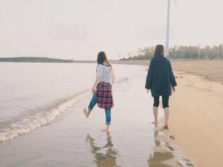 女性,学生,海,ビーチ,後ろ姿,砂浜,友達,ツーショット