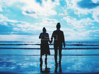 女性,学生,風景,海,空,ビーチ,後ろ姿,砂浜,シルエット,友達,ツーショット