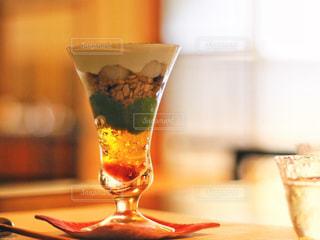 近くのテーブルの上のガラスのコップの写真・画像素材[817524]