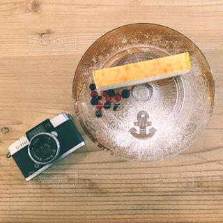 木製テーブルの上のケーキの一部の写真・画像素材[817538]