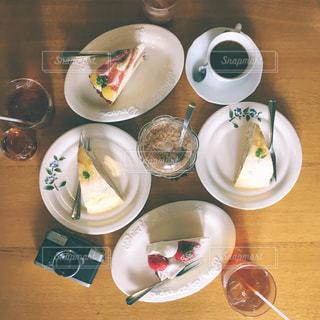 食品やコーヒー テーブルの上のカップのプレートの写真・画像素材[817542]
