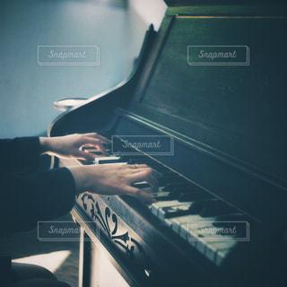 ピアノの上に座って男 - No.817544