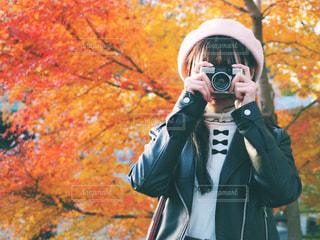 ヘルメットを着用し、携帯電話を保持している女性の写真・画像素材[848614]