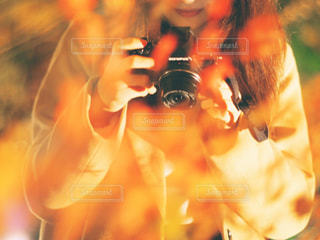 selfie を取っている人の写真・画像素材[878431]