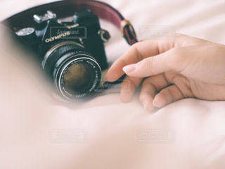 カメラを持っている手の写真・画像素材[1270675]