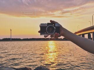 近くに水の体の横にボートのアップの写真・画像素材[1270680]