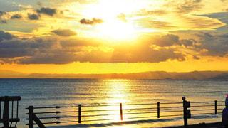 水の体に沈む夕日の写真・画像素材[1271760]