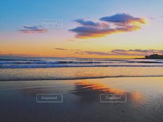 水の体に沈む夕日の写真・画像素材[1271761]