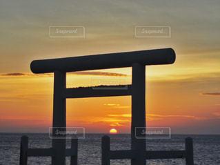 水の体に沈む夕日の写真・画像素材[1271765]
