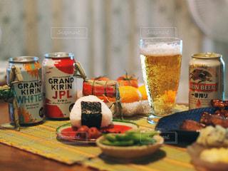 テーブルの上に食べ物の写真・画像素材[1308117]
