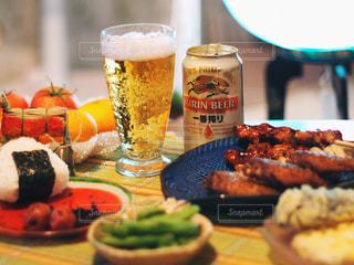 近くのテーブルの上に食べ物をの写真・画像素材[1308127]