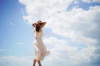 曇りの日に空気を通って飛んで人の写真・画像素材[1864276]