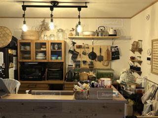 カウンタースペースがたっぷり詰まった台所の写真・画像素材[4154105]