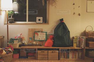 家具と本棚でいっぱいの部屋の写真・画像素材[4154092]