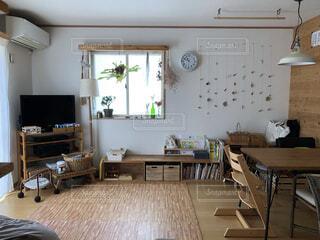 家具とテーブルでいっぱいの部屋の写真・画像素材[4154107]