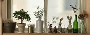 テーブルの上に花の花瓶の写真・画像素材[4154086]