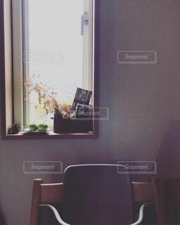 窓の前に座っている椅子の写真・画像素材[4154088]