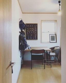 木製の床のあるリビングルームの写真・画像素材[4154094]