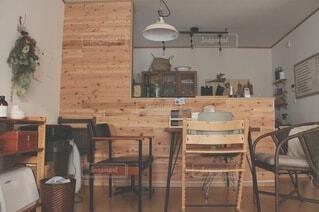 木製キャビネットとダイニングルームのテーブル付きのキッチンの写真・画像素材[4154100]