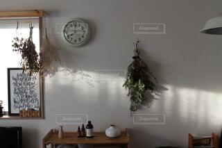 部屋の横にぶら下がっている時計の写真・画像素材[4154101]