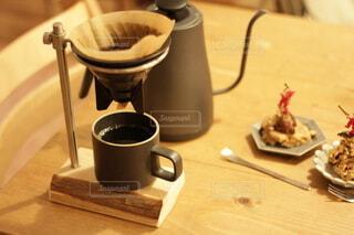 木製のテーブルの上に座っているコーヒーを一杯の写真・画像素材[4154228]