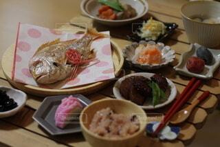 食べ物の皿をテーブルの上に置くの写真・画像素材[4154221]